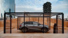 Evento a Milano per la presentazione di Audi Q4 e-tron: l'auto vista di profilo