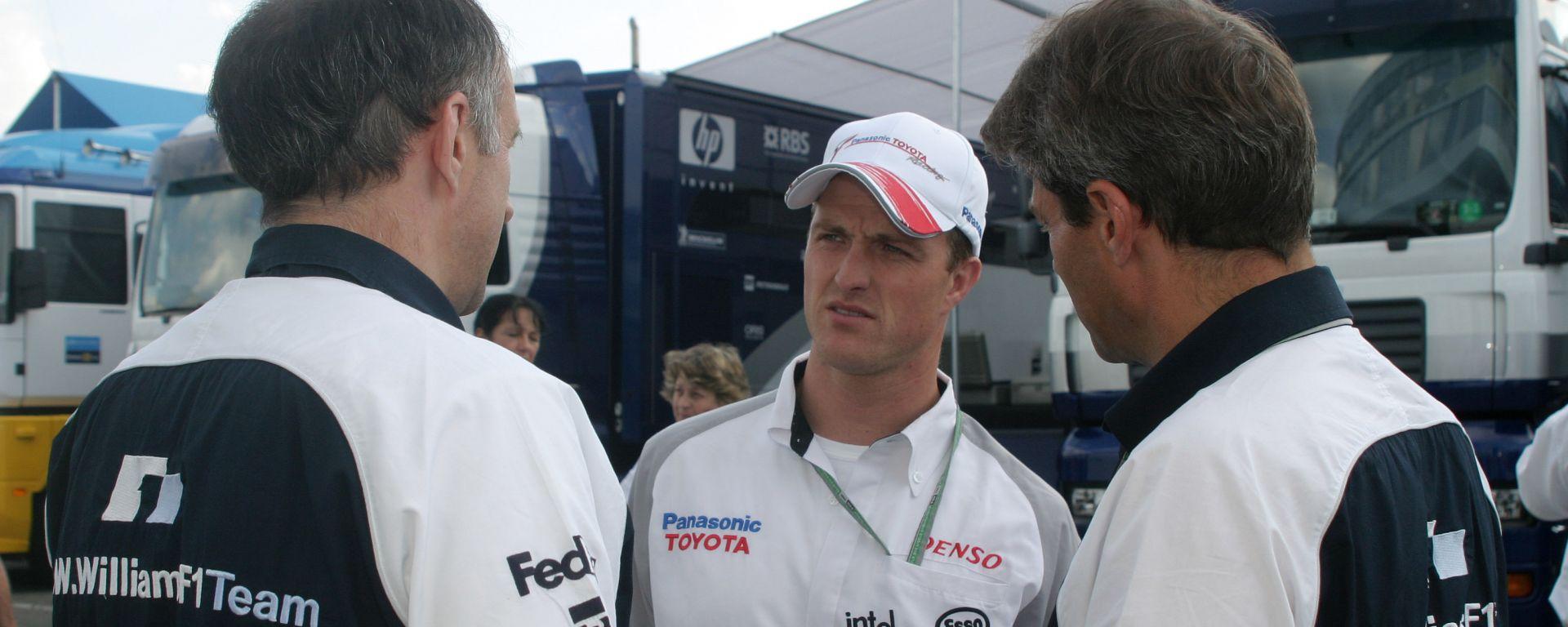 F1 2005: Ralf Schumacher (Toyota) a colloquio con degli ingegneri della Williams