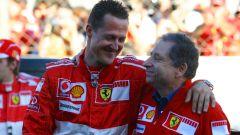 Todt continua a guardare la tv con Michael Schumacher