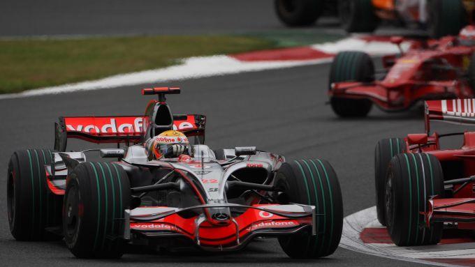 F1 2008, Fuji: Lewis Hamilton (McLaren), Felipe Massa e Kimi Raikkonen (Ferrari) impegnati nel GP Giappone
