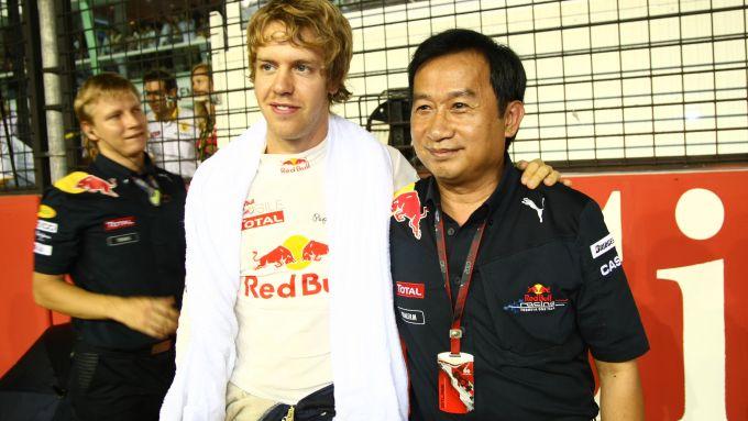 F1 2010: Sebastian Vettel (Red Bull) con Chalerm Yoovidhya