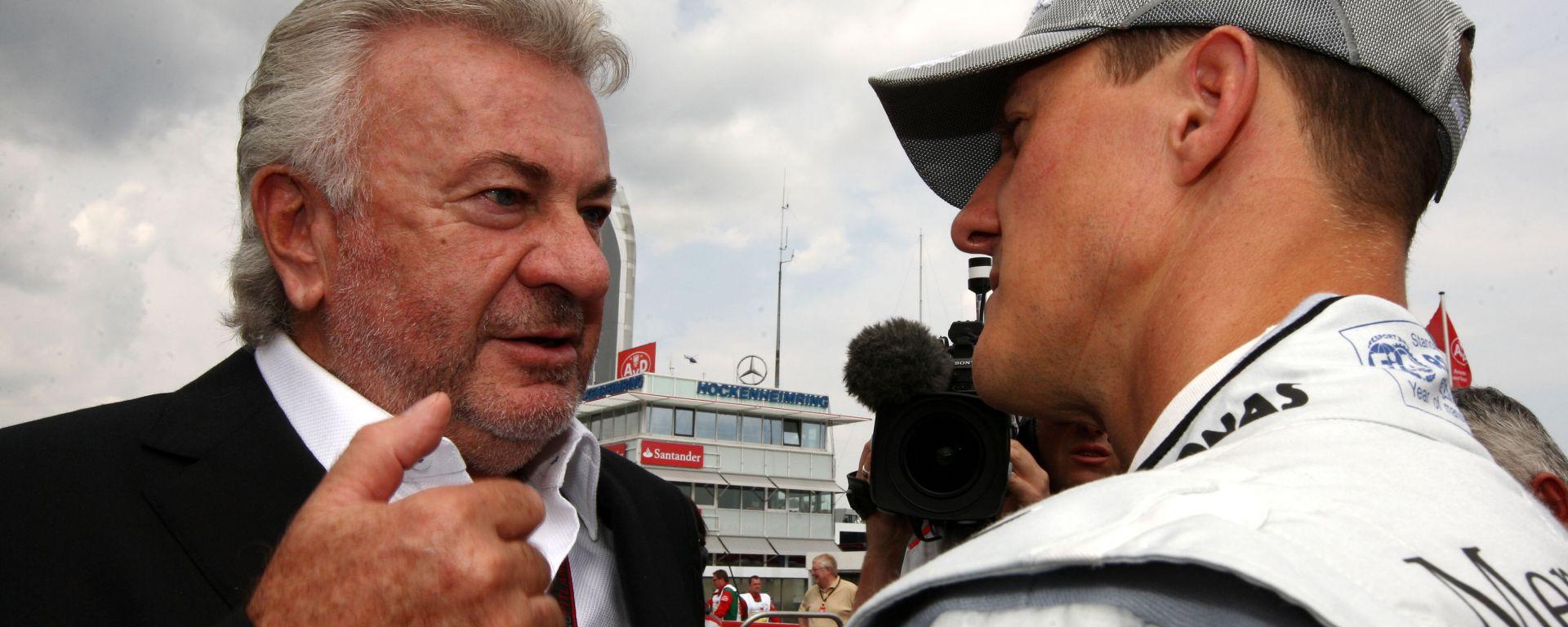 F1 2010: Willy Weber a colloquio con Michael Schumacher (Mercedes)