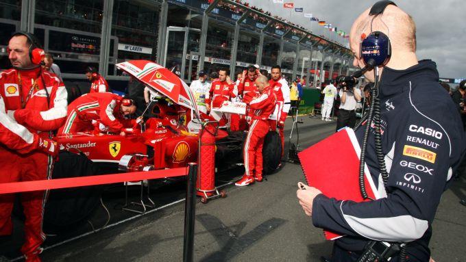 F1 2013: Adrian Newey (Red Bull) osserva la Ferrari
