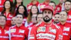 F1 2014: foto ricordo di Fernando Alonso con gli uomini della Ferrari