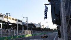 F1 2017 GP Azerbaijan, Daniel Ricciardo sotto la bandiera a scacchi