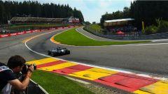 F1 2017 GP Belgio, Lewis Hamilton affronta la Eau Rouge-Radillon