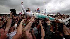 F1 2017 GP Inghilterra, Lewis Hamilton si getta sulla folla