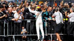 F1 2017 GP Monza, Lewis Hamilton esulta con la sua squadra