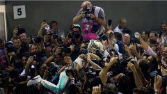 F1 2017 GP Singapore, Lewis Hamilton abbraccia i meccanici