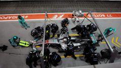 F1 2017 GP Singapore, Lewis Hamilton al pit-stop