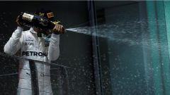 F1 2017 GP Singapore, Lewis Hamilton festeggia sul podio
