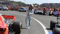 F1 2018, Gran Premio di Gran Bretagna, Hamilton osserva le gomme dopo la gara
