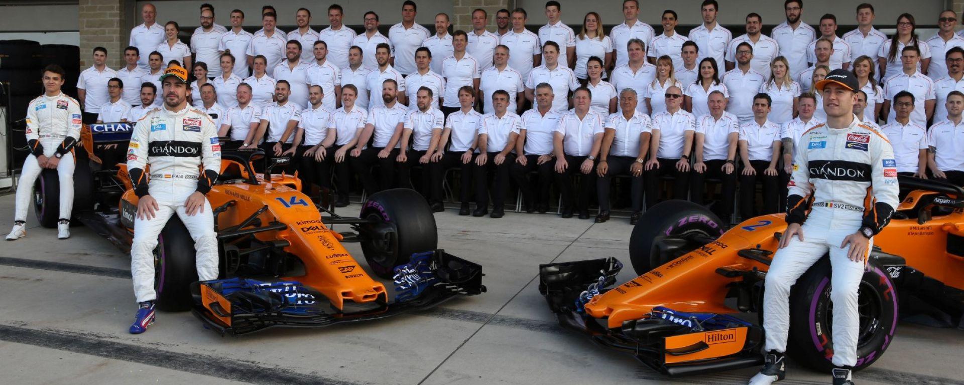F1 2018: il team McLaren al completo con i piloti Fernando Alonso e Stoffel Vandoorne