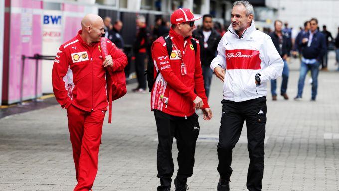 F1 2018: Kimi Raikkonen (Ferrari) scherza con Beat Zehnder (Alfa Romeo Sauber)