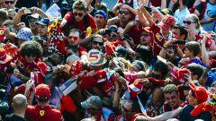 F1 2019, bagno di tifosi per i piloti della Ferrari