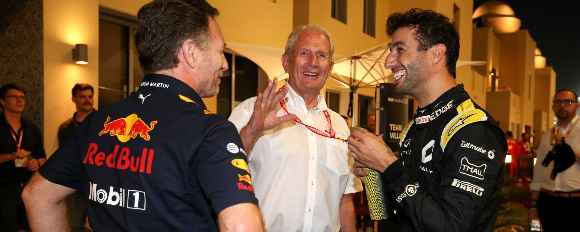F1 2019: Chris Hoerne ed Helmut Marko (Red Bull) chiacchierano con Daniel Ricciardo (Renault)