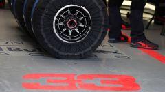 F1 2019, gomme Pirelli dentro le termocoperte nel box di Max Verstappen (Red Bull)