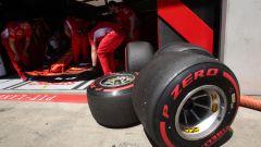 F1 2019, gomme Pirelli PZero Red Soft davanti al box Ferrari
