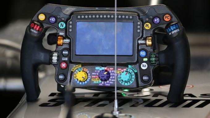 F1 2019: il volante della Mercedes W10