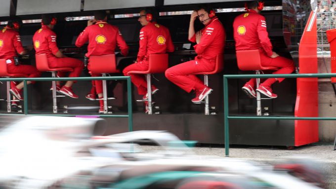 F1 2019, Mattia Binotto dal muretto osserva il passaggio in pit-lane della Mercedes di Hamilton
