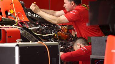 F1 2019: meccanici al lavoro sulla power-unit Ferrari