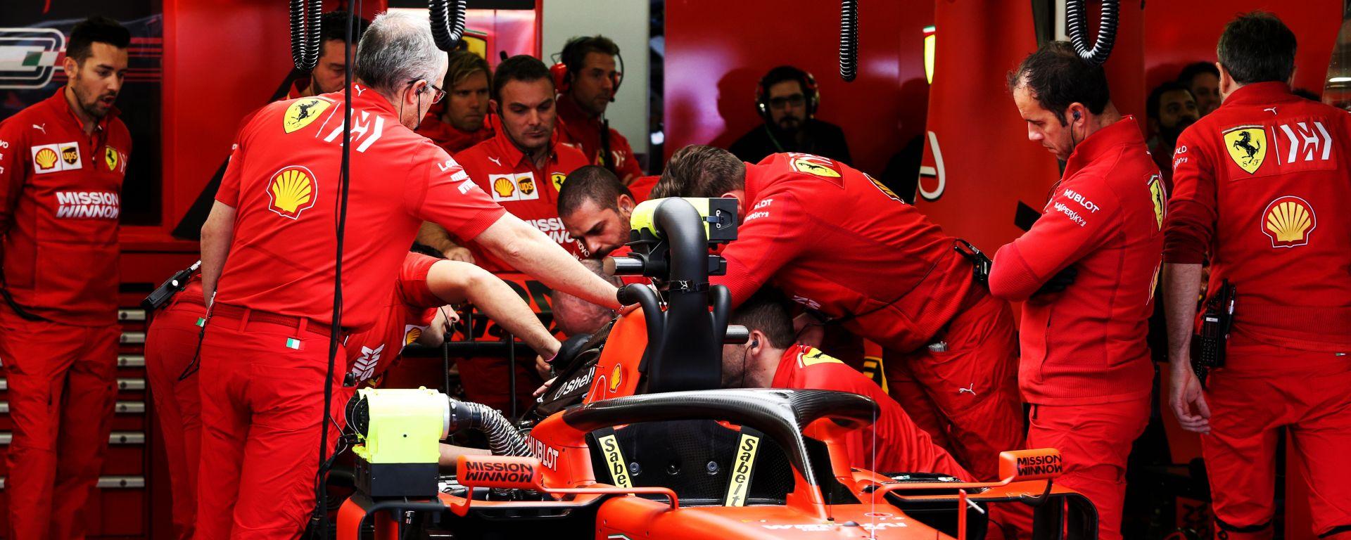 F1 2019, meccanici della Scuderia Ferrari al lavoro sul retrotreno della macchina