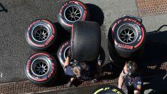F1 2019, meccanici Red Bull lavorano con gomme Soft