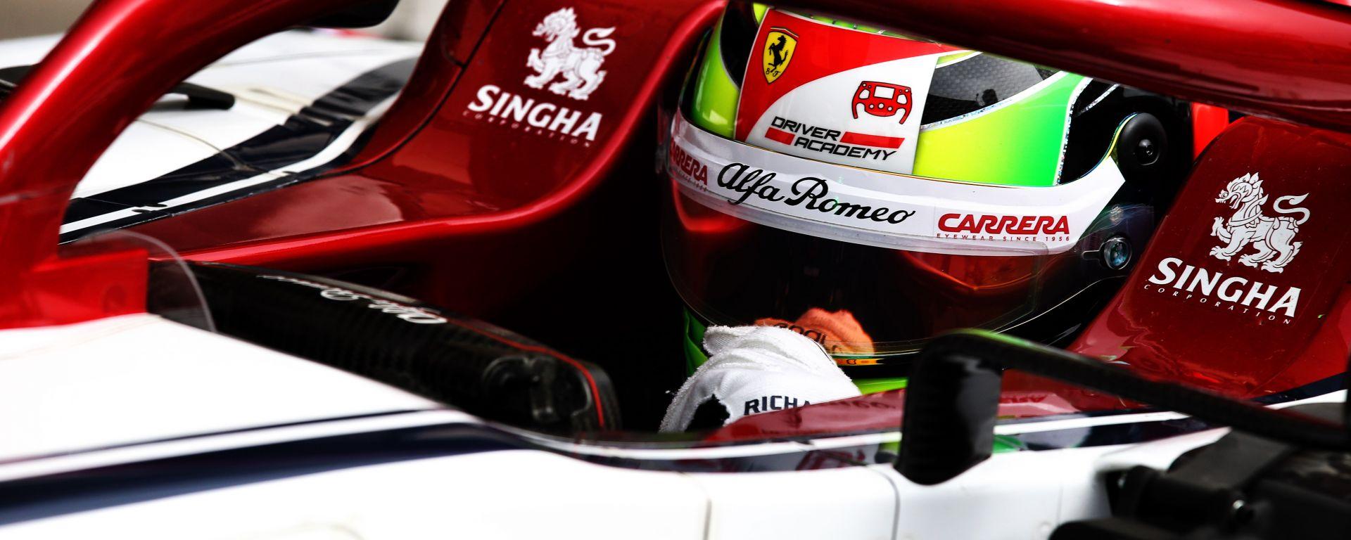 F1 2019: Mick Schumacher nell'abitacolo dell'Alfa Romeo durante la sessione di test in Bahrain