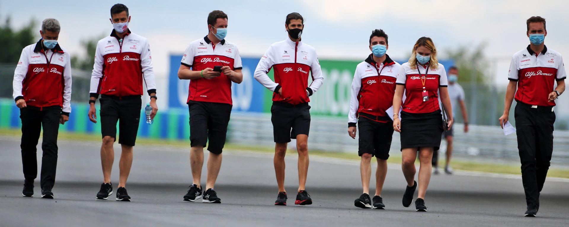 F1 2020: Antonio Giovinazzi e alcuni membri del team Alfa Romeo