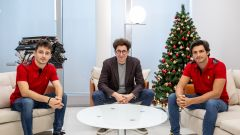 F1 2020, foto di famiglia natalizia in casa Ferrari: da sx Charles Leclerc, Mattia Binotto e Carlos Sainz
