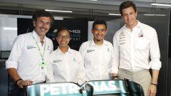F1 2020, ingegneri Petronas al box Mercedes con il team principal Toto Wolff