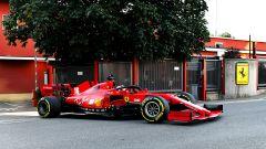 F1 2020, la Ferrari SF1000 guidata da Charles Leclerc per le strade di Maranello