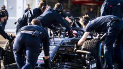 F1 2020: l'Alfa Romeo C39 riportata nel garage dai meccanici