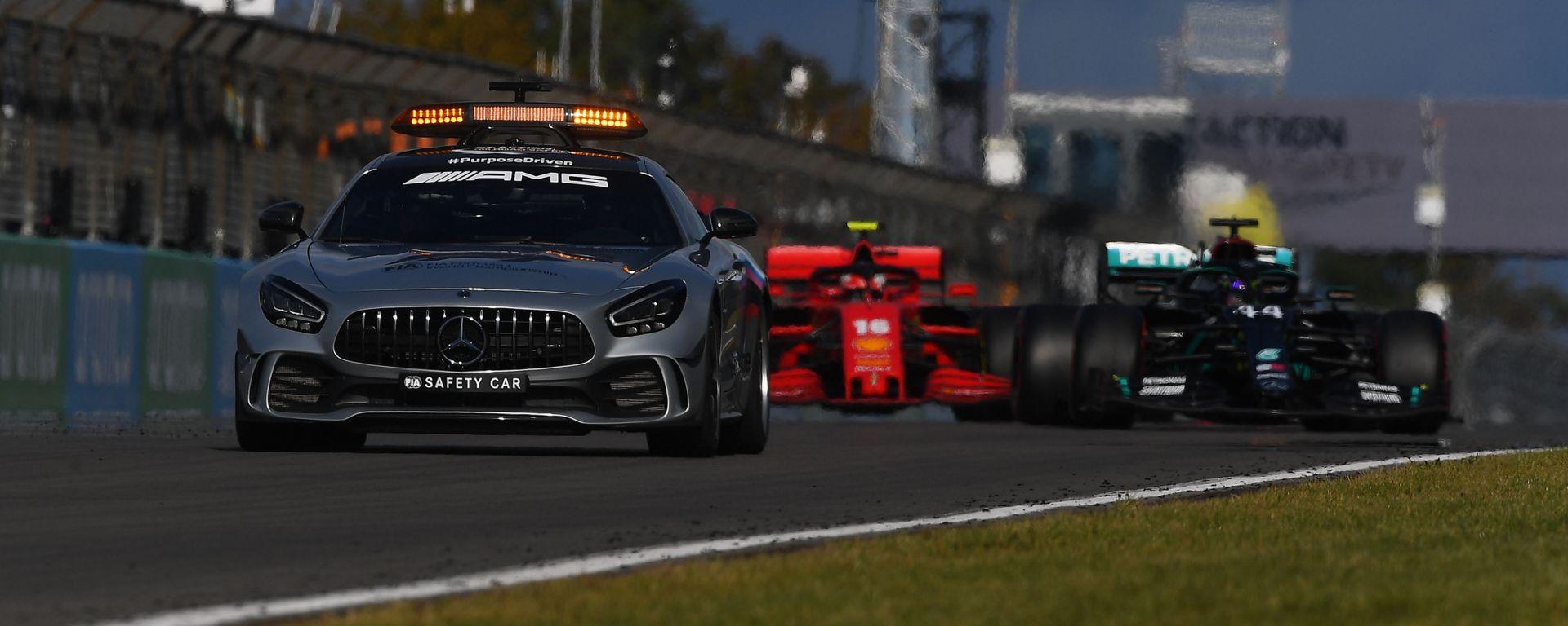F1 2020: Lewis Hamilton (Mercedes) alle spalle della Safety Car
