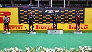 F1 2020, Stephanie Travers sul podio del GP Stiria a ritirare il trofeo per conto della Mercedes