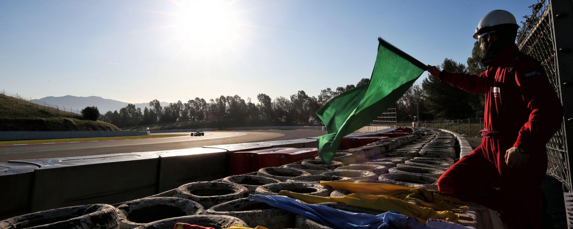 F1 2020, un commissario sventola la bandiera verde