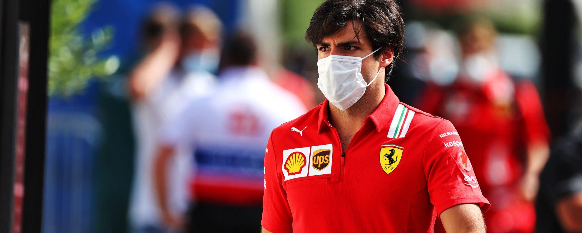 F1 2021: Carlos Sainz (Scuderia Ferrari) nel paddock