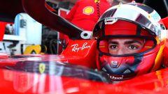 F1 2021, Carlos Sainz seduto nell'abitacolo della Ferrari SF71H