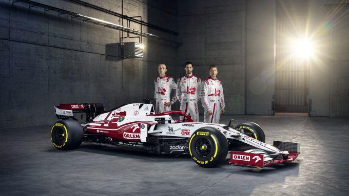 F1 2021, l'Alfa Romeo Racing C41 con (da destra) Kubica, Giovinazzi e Raikkonen