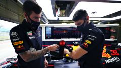 F1 2021: meccanici Red Bull Racing e i dispositivi Therabody