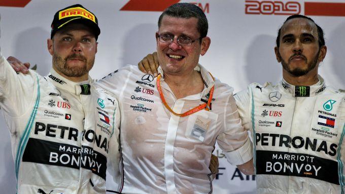 F1, Andy Cowell (Mercedes) sul podio del GP Bahrain 2019 insieme a Hamilton e Bottas