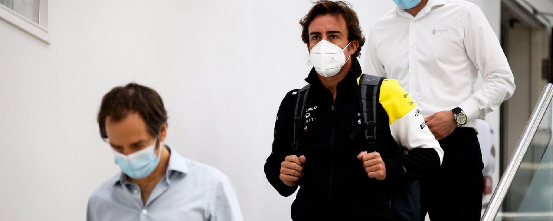 F1: Fernando Alonso durante la sua visita alla sede del team Renault a Enstone