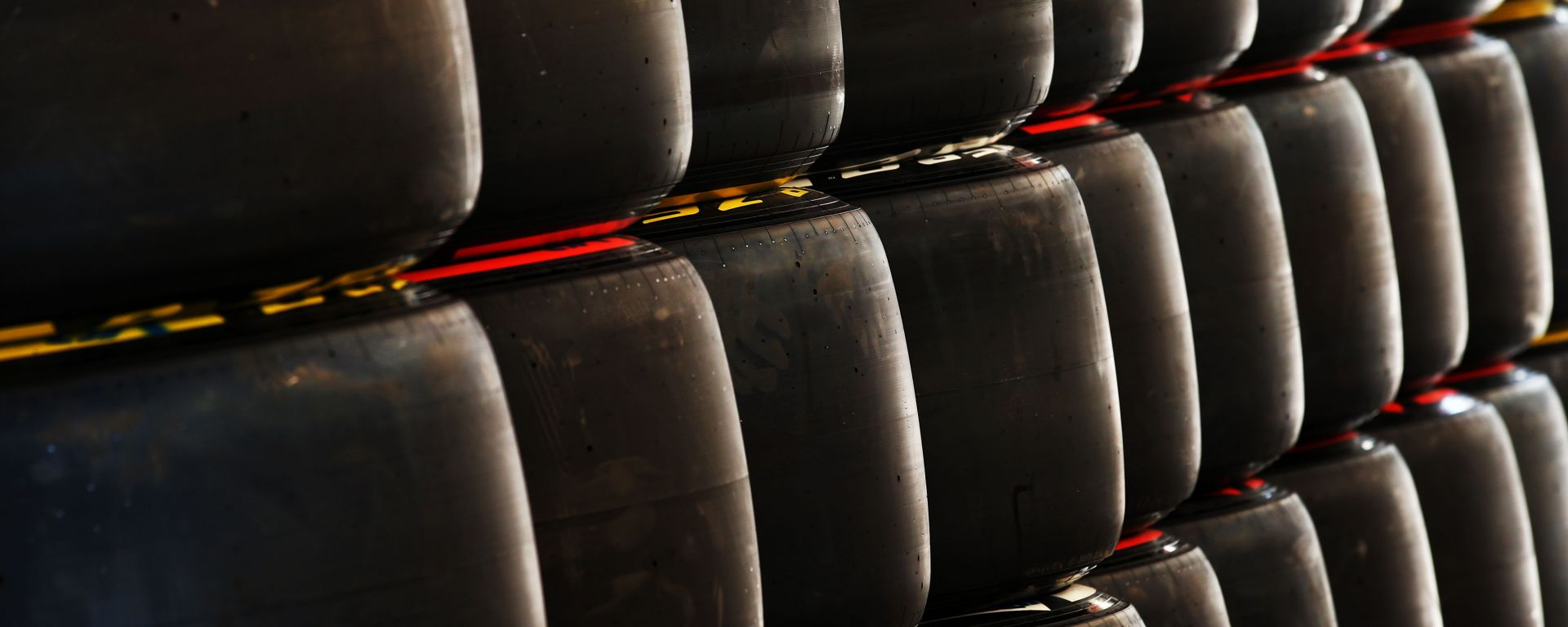 F1, gomme Pirelli impilate