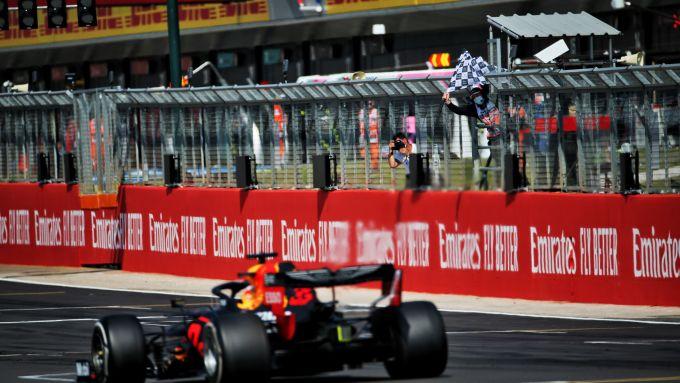 F1, GP 70° anniversario: Max Verstappen (Red Bull) taglia il traguardo da vincitore