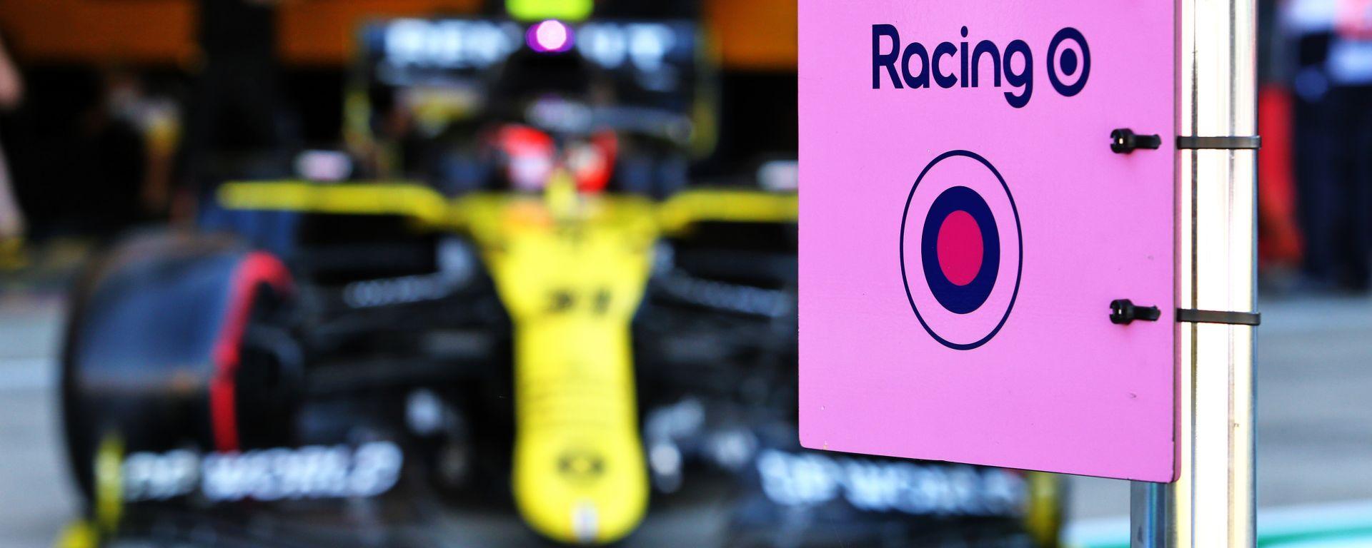 F1, GP 70esimo anniversario: cartellino Racing Point e sullo sfondo la Renault di Esteban Ocon