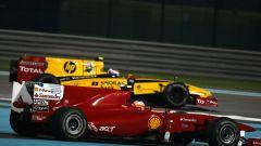 F1 GP Abu Dhabi 2010, Yas Marina: Fernando Alonso (Ferrari) con Vitaly Petrov (Renault)