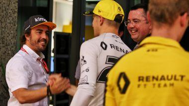 F1, GP Abu Dhabi 2019: Fernando Alonso nel box Renault con Nico Hulkenberg