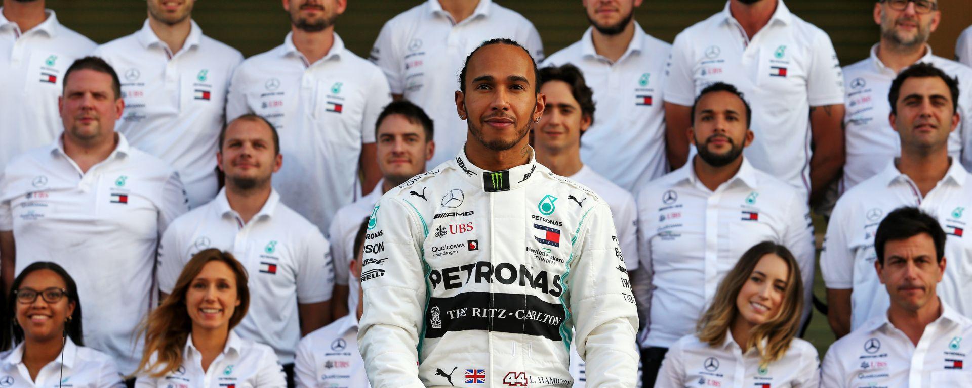 F1, GP Abu Dhabi 2019: Lewis Hamilton in posa con il team Mercedes