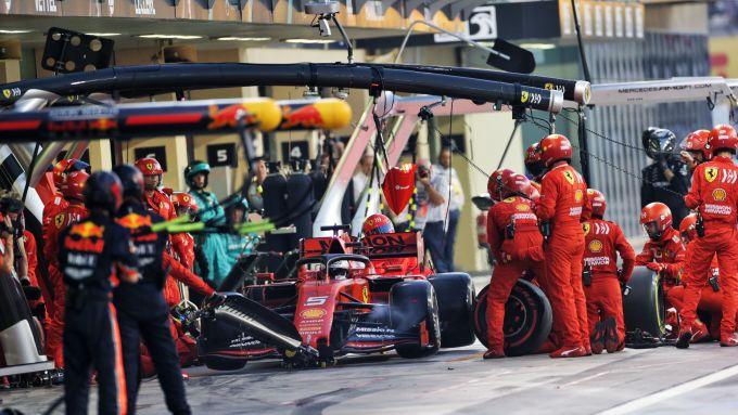 F1, GP Abu Dhabi 2019: Sebastian Vettel (Ferrari) durante il primo pit-stop