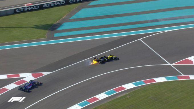 F1 GP Abu Dhabi 2019, Yas Marina: il principio d'incendio sul retrotreno della Renault di Ricciardo